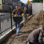 prace przy nowym ogrodzeniu