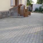 nowy chodnik przy chostelu