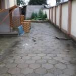 stary chodnik przed hostelem